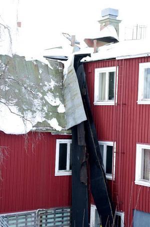 Två tak har blåst sönder hos Arnold och Marika Westberg på Jormliens Fjällgård. Vissa plåtar ligger 200 meter bort och några har de inte ens hittat igen.