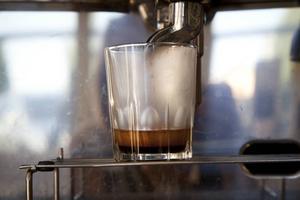 Kaffets arom är fyllig och lätt besk.