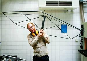 Marcus Abrahamsson ramen till parasollerna vid uteserveringen, som han och Kristoffer Fagerström själva konstruerat och svetsat ihop.
