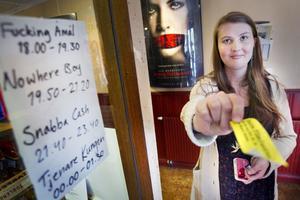 Sofie Olskims Lusth var allt i allo under kvällen och stämplade alla besökare som hade löst biljett.