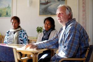 Diakonen Stanley Lenell är med och anordnar möten med invandrare på Kyrkans hus i Ockelbo varje måndag. Här med Zahyid Tekle och Sabra Abraha.
