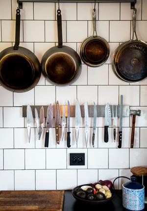 Köksredskapen hänger lättillgängligt.