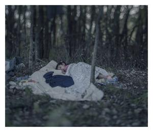 Lamar, fem år, sover under en filt i skogen utanför Ungerns stängda gräns.
