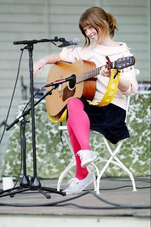 Anna Pollak stod för den spralligaste delen av kvällen. Med gitarr i famn underhöll hon med musikbetraktelser av bland annat männen på Plaza.