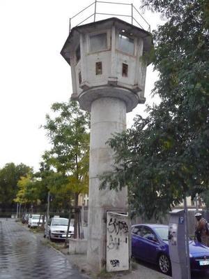 Längs Berlinmuren fanns vakttorn som bevakades av två vakter i åttatimmarsskift. Den sista som finns kvar ligger vid Potzdamer Platz.