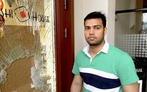 Inbrottstjuvarna krossade en glasruta i ytterdörren till Sushi House. Tjuvarna har tagit växelkassan berättar ägaren Saiful Islam.