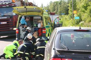 Räddningspersonalen tar hand om den skadade Ljusdalskvinnan.