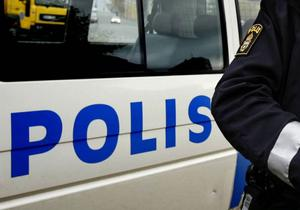 Misstänkta knarkare försökte köra ifrån polisen på stulen moped.