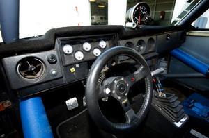 Instrumentbrädan är tillsammans med backspeglarna och plåten på utsidan det enda som är kvar från den tid då detta fordon var en Volvo.