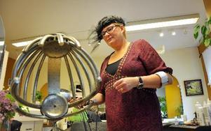 Den ser lite farlig ut, men är bara en spridare av varmluft. En hårtork från 50-talet som Ulla-Karin Ångqvists mamma använde.FOTO: CHRISTER NYMAN