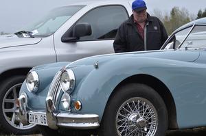 Besökare. Roligt att gå på träffen och titta tycker Tage Johansson från Fellingsbro, och beundrar här en Jaguar från 1955.
