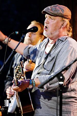 Allsången började i Cornelis Vreeswijk-låten Somliga går i trasiga skor höll i sig konserten igenom.