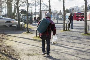 Det är vinter och kallt och dessa människor är EU-medborgare, precis som vi, skriver Gun Svensson, Michael Blum och Micke Grann.