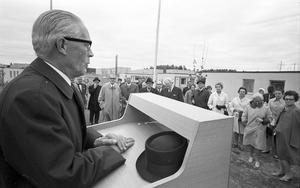 Med hatten prydligt bredvid sig på talarstolen tar kommunalrådet Gustaf Olsson plats på podiet.