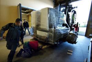 I går morse baxades den nya japanska tryckpressen in hos Tryckeribolaget i Birsta. Den kom i delar i tre lastbilar. Ihopmonterad väger den 50 ton.