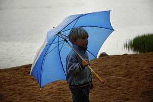 Lillebror. Lo Skörsemo, 5 år, kom för att se på storasyster. Foto:Mikaela Larm
