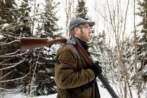 Kalle Duvemo känner sig hemma i naturen. Det gäller att klä sig varmt och rätt för att klara en heldag i skogen.
