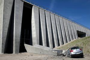 Sundsvall 4 augusti: Ett betongstöd rasar och krossar en bil vid Sundsvallsbron.