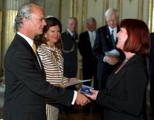Kungen och drottningen delar ut Medaljen Litteris Et Artibus år 2001. Här får Kim Anderzon medaljen för framstående konstnärlig gärning som skådespelare.