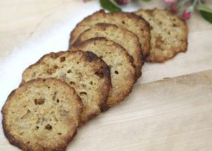 Havreflarn är inte bara ett kaffebröd utan en kaka som passar utmärkt som tillbehör till glass och andra frysta desserter.   Foto: Dan Strandqvist