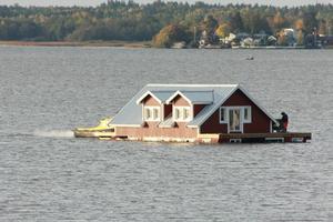Ooops... Hotell på färd över Västeråsfjärden till färjehamnen.