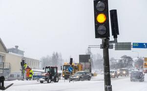 Tidigare i januari var trafikljusen i korsningen Nybrogatan/Bergsgatan trasiga. Insändarskribenten vill att trafiklösningen ska ses över.