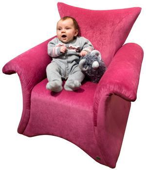 Färgglad. Drar blickarna till sig gör den härligt knallrosa fåtöljen från furnituredlight.se. Cirkapriset i butik är 2 795 kronor. Modellen på bilden heter Amanda Älg och är fyra månader gammal.