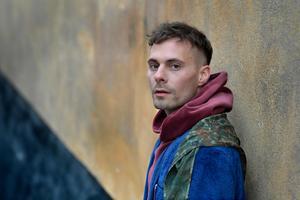 Oskar Linnros är aktuell med ett nytt album.