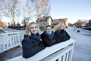 """vill bygga. Här på tomten i bakgrunden, alldeles vid Kyssbron, byggs Sandvikens högsta hus om Sandvikenhus får igenom sin begärda planändring. """"Ett perfekt läge"""", tycker marknadschefen Jenny Glumoff, arkitekten Nina Wittlöv Löfving och byggchefen Katrin Carlsson."""
