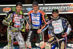 Niels-Kristian Iversen flankeras av tvåan Troy Batchelor och trean Greg Hancock.