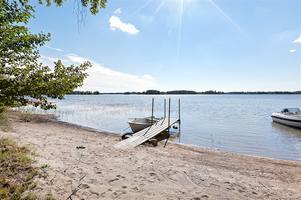 Liten båtplats och strand.