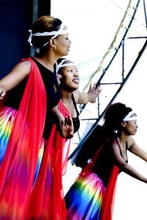Systrarna Mpambara från Ruwanda dansade på scenen på Nordosts gårdsfest.