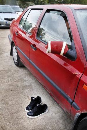 UTANFÖR. Skorna får stå utanför bilen när bingobrickan ska fyllas.