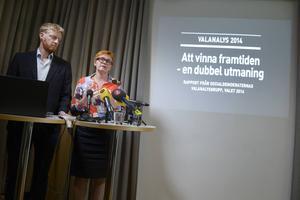 Jesper Bengtsson och Kerstin Alnebratt presenterar Socialdemokraternas valanalys.