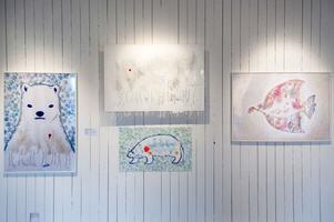 Projektet Vägskäl startade 1997 och har som idé att låta människor och olika kulturer mötas i utställningar. I år är japansk grafik i fokus. Här verk av Chihiro Fukushima.