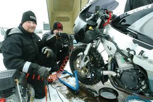 Premiär var det för Peter Westman, Västerås, när det gäller isåkning. Med dubbade däck fick han i går upp motor-cykeln över 300 kilometer i timmen.
