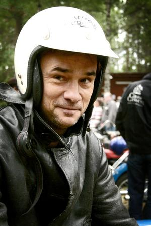 Hjälmen på. Rolf Gustavsson från Kumla gillar när det smäller och puttrar.