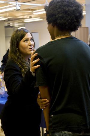 Engelska skolans tillförordnade rektor Anna Ek diskuterar vägval med en tidigare elev.