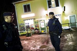 Vid niotiden under fredagskvällen avslutade polisen sitt sökande efter de maskerade männen.