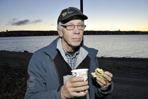 Kjell Strid från Oviken var glad för frukostmackan.
