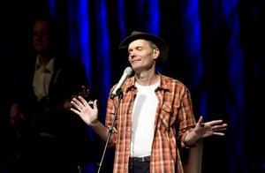 Peter Carlsson. Håller ett stadigt grepp om sin publik. Två utsålda föreställningar på Folkets hus i Sandviken i går.
