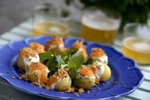 Elegant litet tilltugg till drinken eller enkel förrätt. Löjrom, färskpotatis och rostad lök.