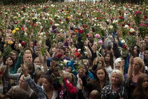 Över hundra tusen människor samlades på Oslos gator i går eftermiddag för att hedra fredagens offer.