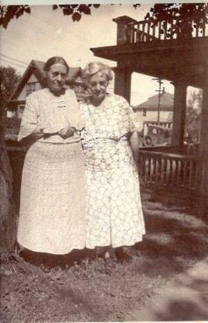 Lovisa Molander-Engström och Elisabeth Molander-Andersson. Kortet taget i Duluth hos Elisabeth 1936.Elk River ligger längs vägen Minneapolis – St Cloud cirka 10 mil från Minneapolis.