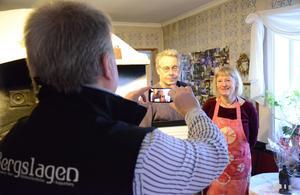 Turismpristagare. Lars-Göran Staffare och Lena Hall fotograferas av Håkan Ceder vid prisceremonin.
