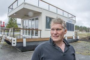 Den som passerar Hammerdal kan se visningsbåten Alice alldeles vid vägen och först nu, 30 år efter första bygget, börjar planerna på serietillverkning av husbåten att gro på allvar.
