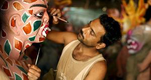 Statyerna smyckas och målas inför hyllandet av Durga.
