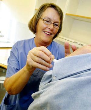 Ingrid Eriksson hade full huggning med att ge sprutor när hälsocentralen i Sveg under onsdagen öppnade dörrarna för årets vaccination mot influensa.Foto: Håkan Degselius