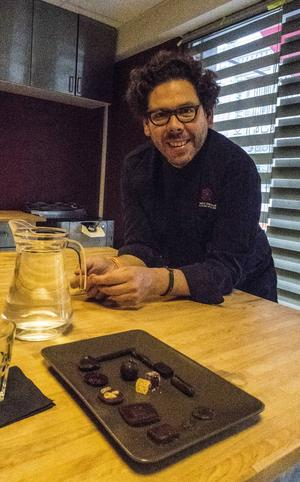 Chokladtillverkaren Laurent Gerbaud håller kurser varje lördag i sin butik. Det man bakar får man också ta med sig hem.