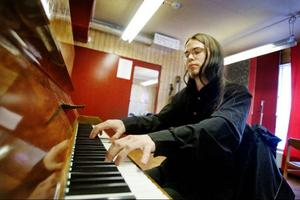 Parallellt med studentfirandet ligger Frej Wedlund i hårdträning inför uruppförandet av hans pianokonsert i Ovikens nya kyrka på söndag.